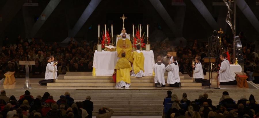 Pèlerinage du Christ Roi à Lourdes : Messe solennelle du dimanche