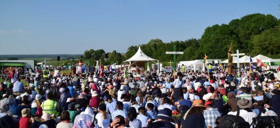 Pilgrimage to Chartres (France): photographs of the Mass of Pentecost Sunday